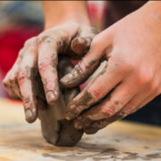 粘土を手で捏ねるように