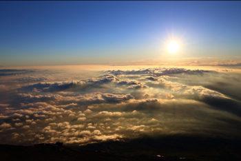 日の出と金色の雲海