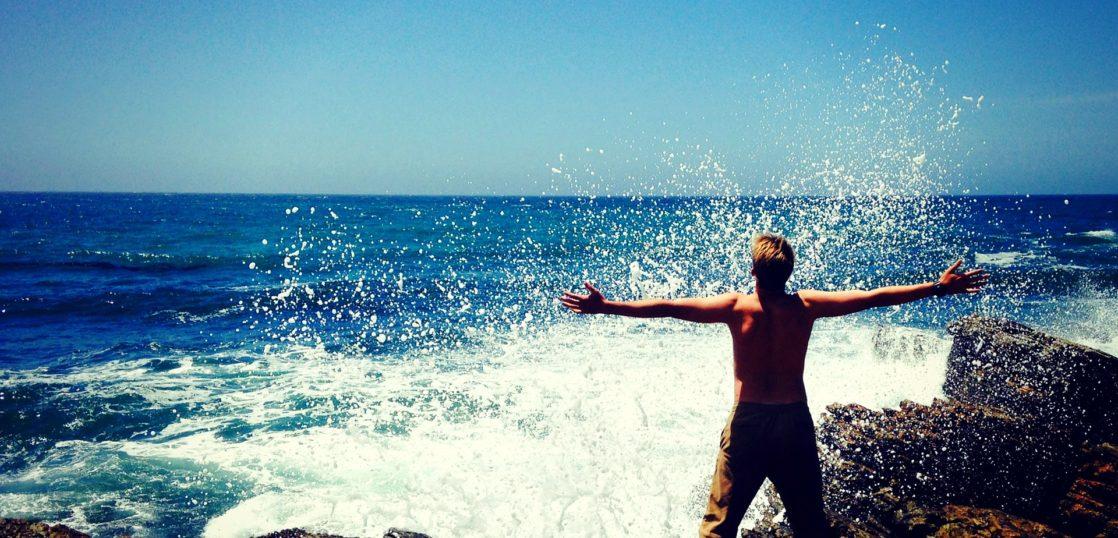 波に叫ぶ男