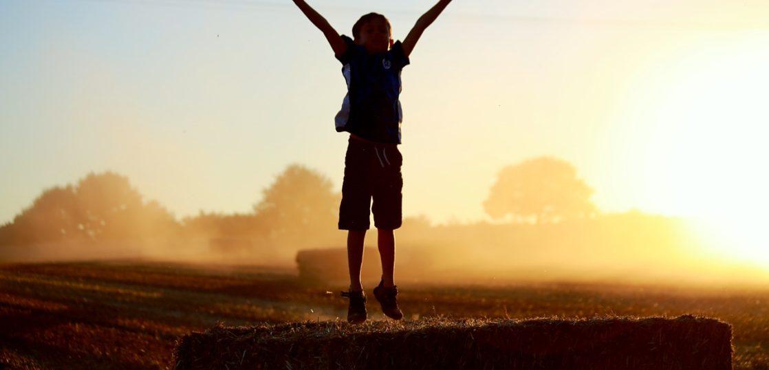 光の中で飛ぶ少年