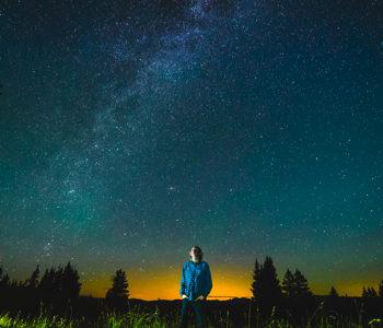 夜空を見上げて