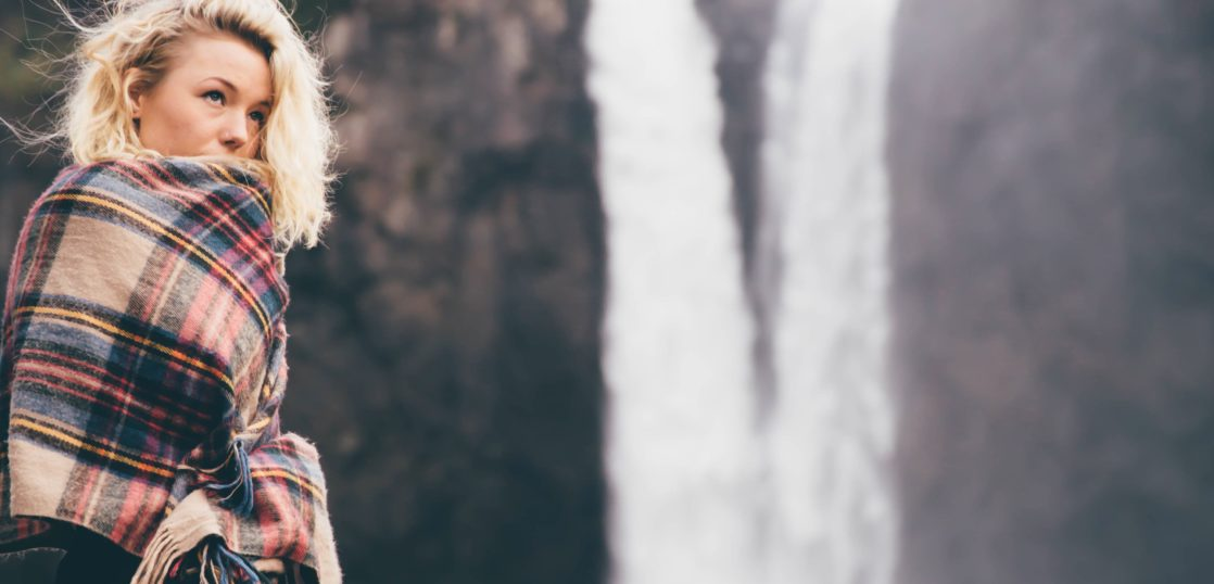 滝の前の女性